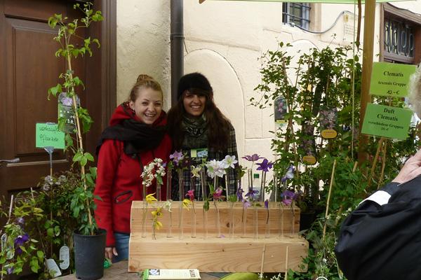 Anna und Barbara Herian am Marktstand